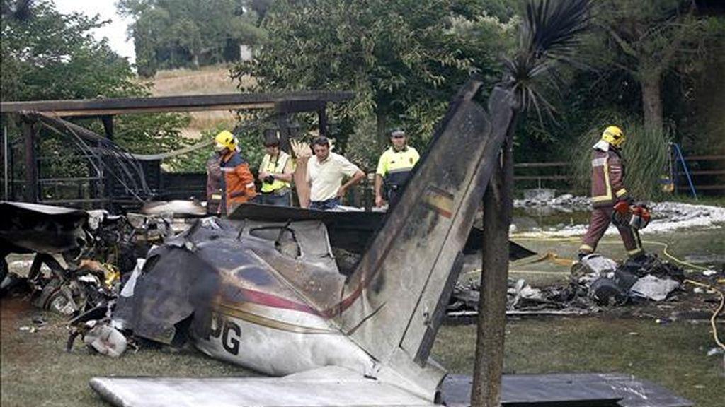 Los dos ocupantes de una avioneta han fallecido esta mañana al caer el aparato en el que viajaban sobre una finca privada de Sant Pere de Vilamajor. La avioneta ha caído de cara al suelo y a tan solo seis metros de la vivienda, después de pararse el motor y dar dos vueltas en espiral. EFE