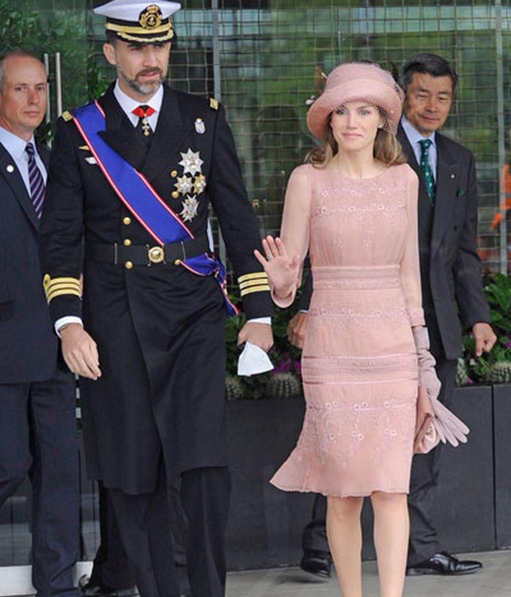 Don Felipe y doña Letizia, a la salida del hotel, camino de Westminster