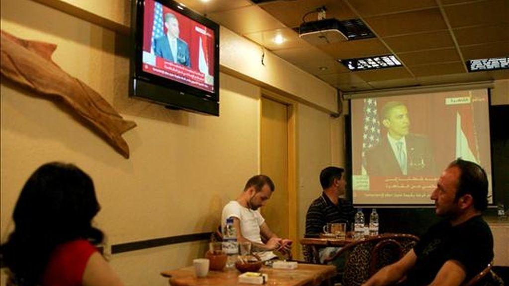 Varios sirios siguen por televisión el discurso del presidente estadounidense, Barack Obama, en Damasco (Siria) el pasado 4 de junio. EFE/Archivo