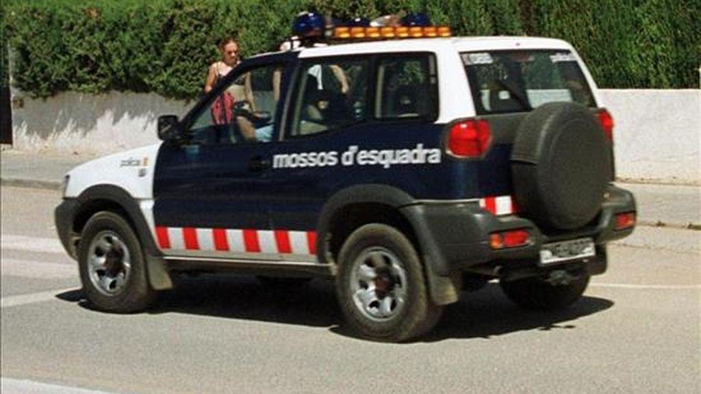 Los Mossos han detenido a 15 personas en una operación que ha permitido desarticular una de las redes más activas en Cataluña dedicada al robo de motos y ciclomotores. En la imagen, un coche de los Mossos. EFE/Archivo