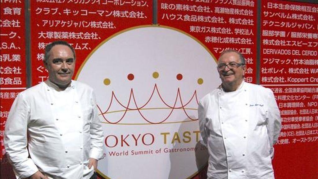 """Los cocineros españoles Ferrán Adrià (i) y Juan Mari Arzak (d), durante la celebración en Tokio de un congreso dedicado a promover la delicada gastronomía japonesa, al que asisten los mejores cocineros del mundo, entre ellos los españoles Ferrán Adriá, Juan Mari Arzak y Andoni Luis Aduriz, que, confesos enamorados de Japón, estarán hasta el miércoles para participar en el evento culinario """"Tokyo Taste (Sabor de Tokio)"""". EFE"""