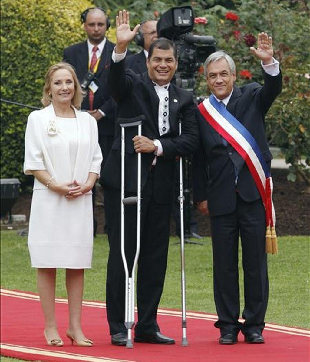 Sebastián Piñera (d), posa el pasado 11 de marzo de 2010, junto a su esposa Cecilia Morell (i); y el mandatario de Ecuador, Rafael Correa (c), en el Palacio de Cerro Castillo en Valparaíso (Chile). EFE/Archivo