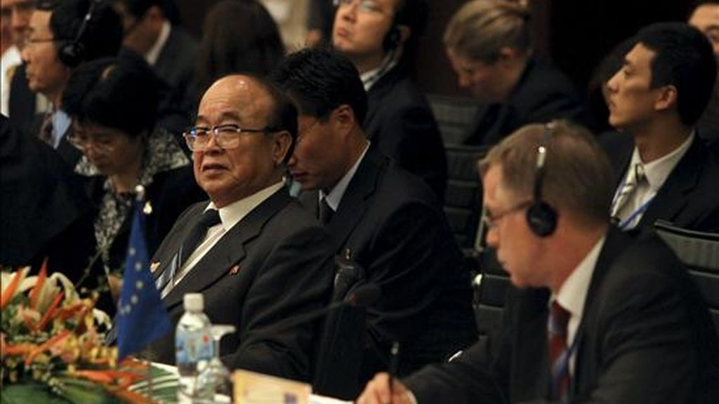 El ministro de Exteriores de Corea del Norte, Pak Ui Chun (i), asiste a la sesión plenaria del Foro Regional de la Asociación de Naciones del Sudeste Asiático (ASEAN), en Hanoi (Vietnam), hoy, 23 de julio de 2010. La conferencia asiática de seguridad, en la que participan los jefes de la diplomacia de sus 27 miembros, arrancó hoy en la capital vietnamita con posturas encontradas sobre cómo tratar a Corea del Norte, que arropada por China denuncia el acoso de EEUU. EFE