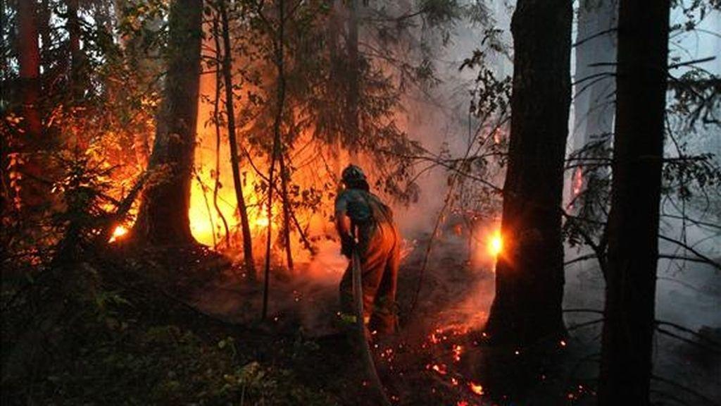 Un bombero trabajando en las labores de extinción de un incendio forestal, en la villa de Ryazanovskiy, ubicada a casi 150 kilómetros de Moscú. EFE