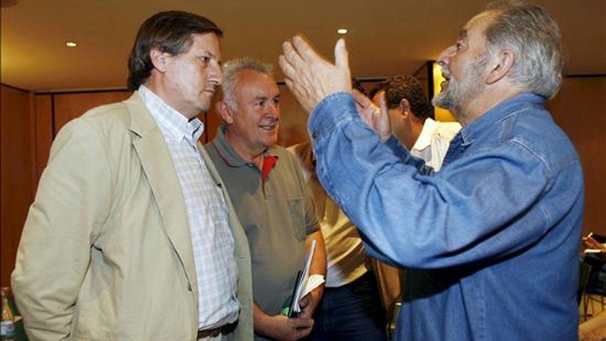 El ex coordinador general de IU Julio Anguita (d) habla con el candidato número uno a las elecciones europeas por IU, Willy Meyer (i), en presencia del coordinador general, Cayo Lara (c), momentos antes de presentar el acto de campaña que tendrá lugar esta tarde en Córdoba. EFE