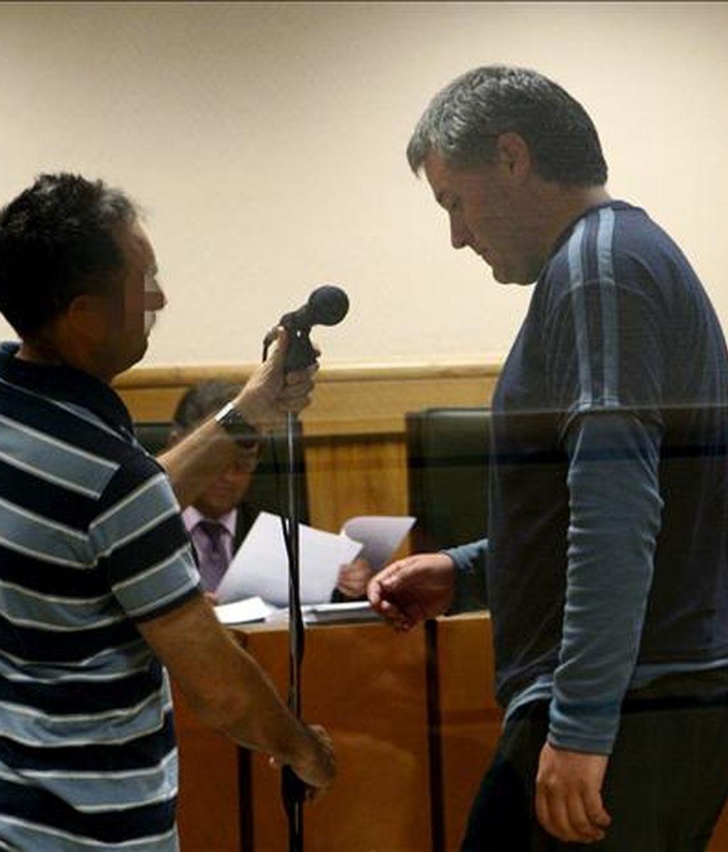El miembro de ETA Gorka Martínez Arkarazo (d), durante el juicio celebrado hoy en la Audiencia Nacional en el que se le acusa por el el robo de un vehículo utilizado como coche bomba contra la sede de Iberdrola en San Sebastián. EFE
