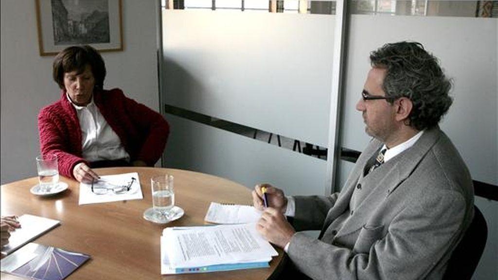 La directora del Centro Regional para el Fomento del Libro en América Latina, el Caribe, España y Portugal (CERLALC), Isadora de Norden (i), y el secretario técnico del organismo, Luis Fernando Sarmiento (d) hablan en una entrevista con Efe en Bogotá (Colombia). EFE