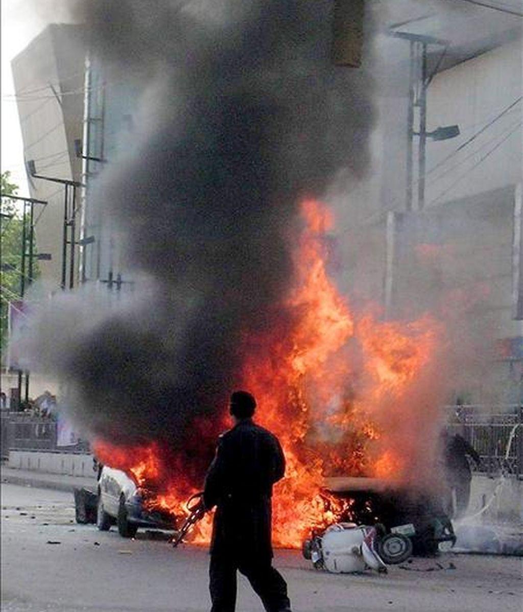 Vehículo en llamas propiedad del jefe de un cuerpo paramilitar de Policía, el comandante Sifwat Ghayoor, tras el atentado suicida en el que resultó muerto este miércoles en Peshawar (Pakistán). EFE
