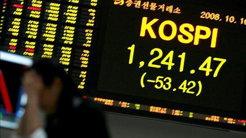 Un agente de bolsa trabaja en una empresa bursátil de Seúl. EFE/Archivo