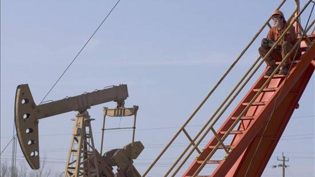 Al cerrar a 48,41 dólares el barril, el crudo de Texas bajó 7,57% en la jornada. EFE/Archivo