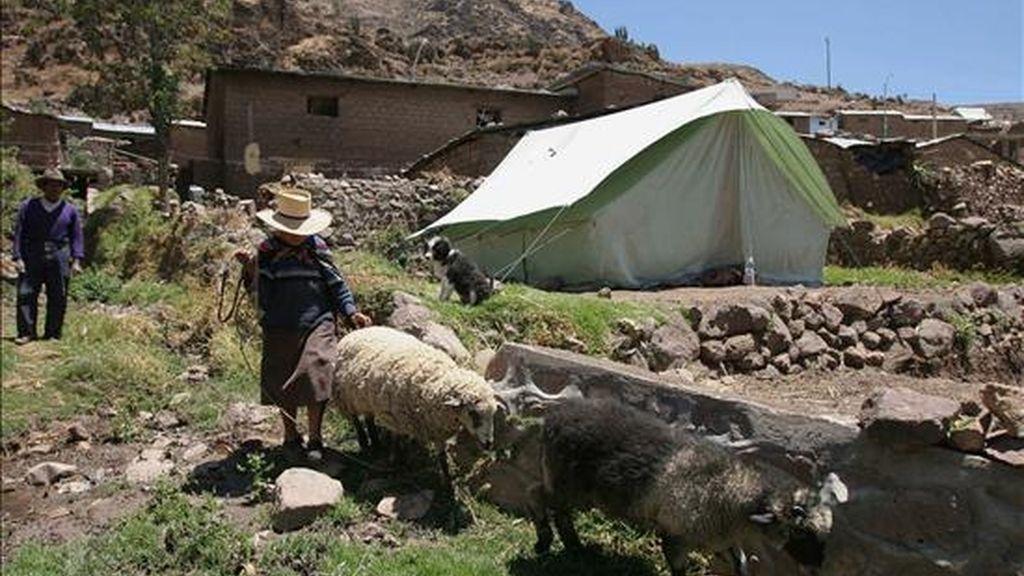 Vista de las aldeas de los empobrecidos Andes peruanos afectadas por un terremoto el pasado 15 de agosto de 2007. EFE/Archivo