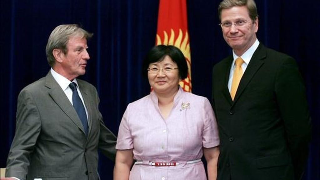 Los ministros de Asuntos Exteriores alemán, Guido Westerwelle (d), y francés, Bernard Kouchner,  con la presidenta kirguís, Rosa Otunbayeva, en Biskek este viernes. EFE