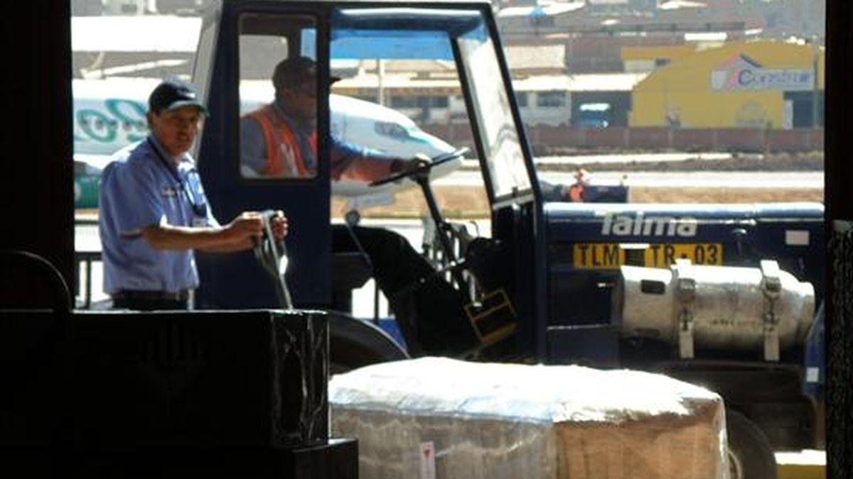 Dos de los cuatro ataudes de las ciudadanas españolas que fallecieron en un accidente vehicular el pasado martes en el Cuzco, permanecen este 8 de julio en la zona de carga del aeropuerto del Cuzco para ser trasladados a Lima, Perú. EFE