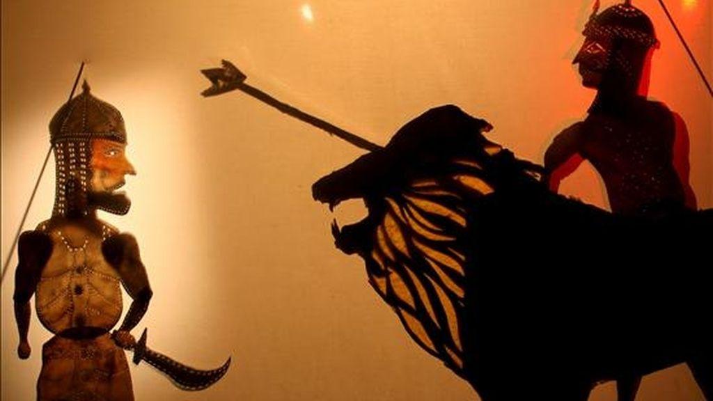 """La fusión del teatro de sombras, los cuentacuentos y los """"araguz"""" (marionetas) es el medio elegido para reivindicar una faceta olvidada de la cultura tradicional egipcia por el pionero grupo Wamda , que celebra su décimo aniversario. En la imagen, una escena de una obra de teatro de sombras. EFE/WAMDA"""