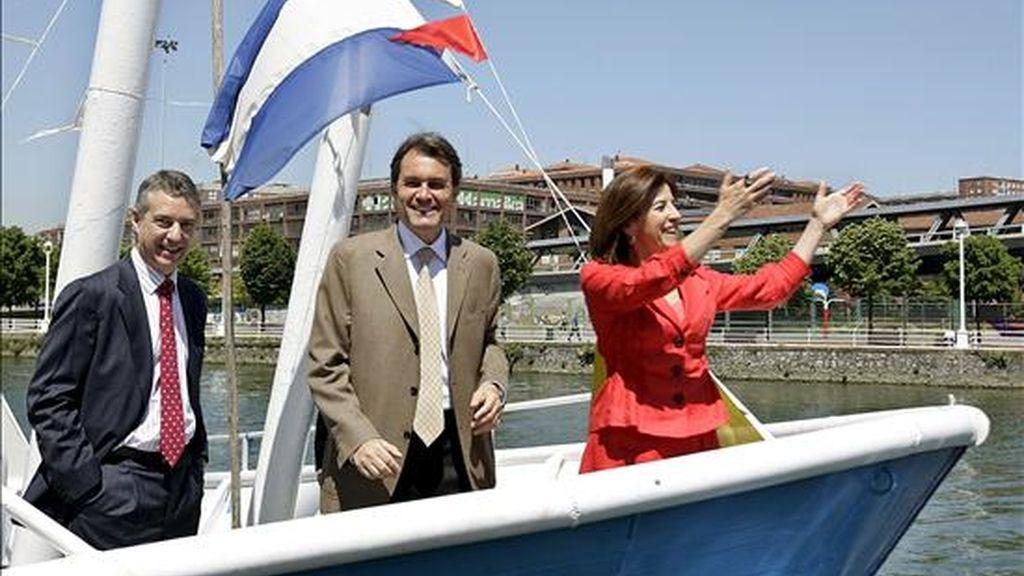 Los presidentes del PNV y CiU, Iñigo Urkullu (i) y Artur Mas, respectivamente, junto a la candidata vasca al Parlamento Europeo, Izaskun Bilbao, durante el paseo en barco por la ría, esta mañana en Bilbao. EFE