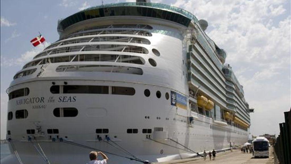 Vista del crucero Navigator of the Sea, en el que viajan dos mujeres que padecen gripe A, que se encuentra atracado desde esta mañana en el puerto de Palma, y del que desembaron el resto de sus pasajeros. El crucero, proveniente de Barcelona, se encuentra atracado en el Dique del Oeste del puerto de la capital balear y se prevé que zarpe a las 16.00 horas de hoy. EFE