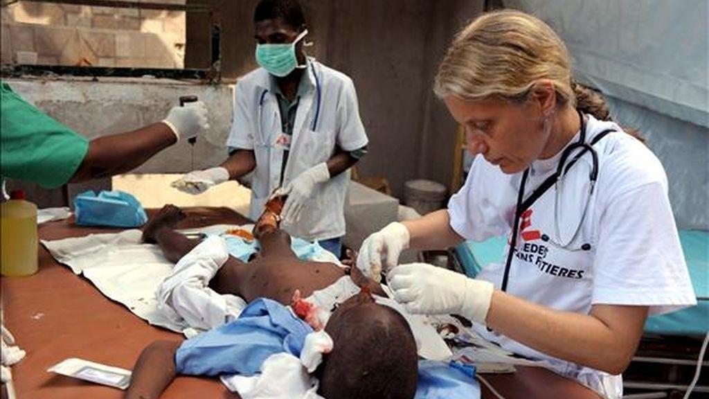 Voluntarios de la ong Médicos Sin Fronteras atienden a un niño. EFE/Archivo