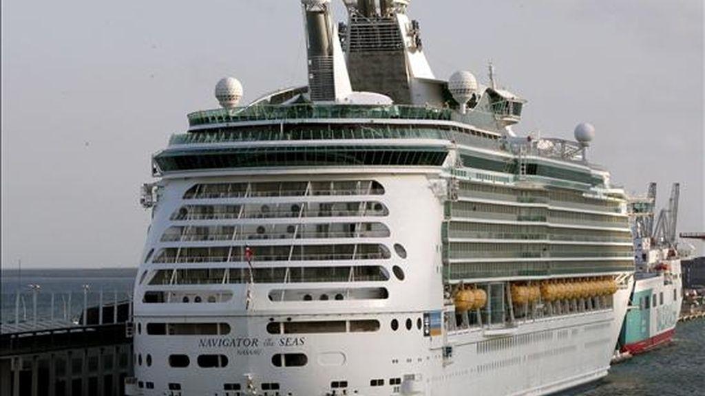 """El crucero """"Navigator of the Seas"""" permanece amarrado en el puerto de Barcelona con dos pasajeras aisladas a bordo, de nacionalidad estadounidense e italiana, afectadas por el virus de la gripe A. El cruzero provenía de la ciudad de Niza y pertenece a la compañia Royal Caribbean. EFE"""