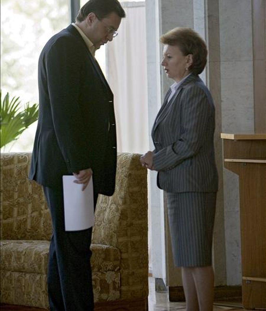 El ex presidente de Moldavia, Marian Lupu, (i), conversa con la ex primer ministro de Moldavia, Zinaida Grecianii, (d), en el Palacio de la República en Chisinau, Moldavia, el pasado 28 de mayo. EFE/Archivo