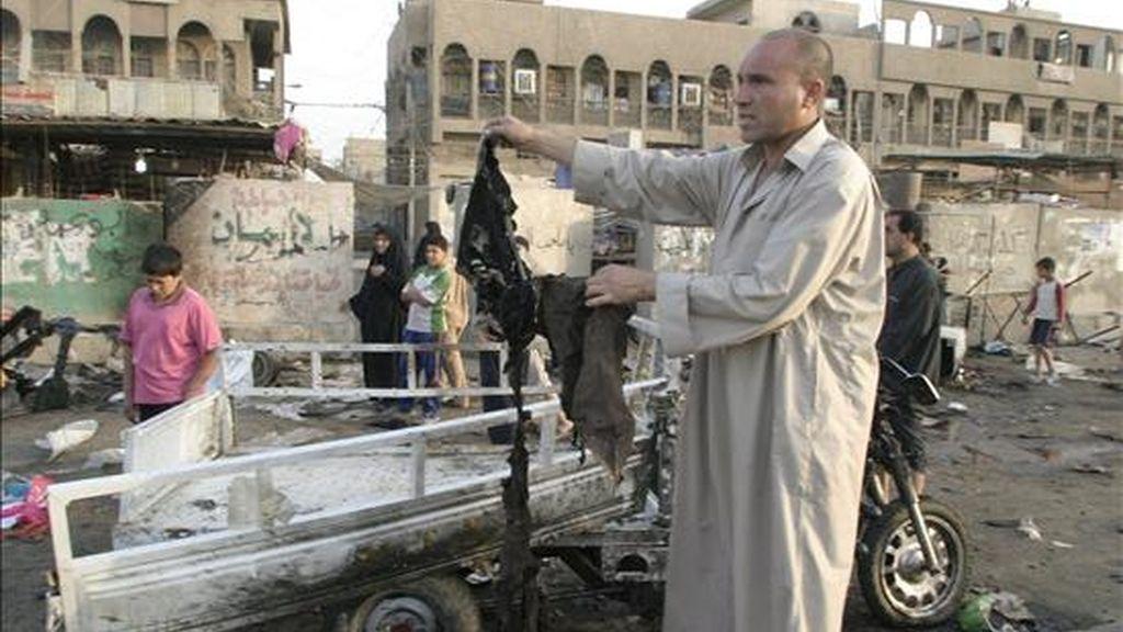 Habitantes revisan los daños provocados por el estallido ayer de una moto-bomba en un mercado popular en el barrio de Ciudad Sadr, en el este de Bagdad (Irak), hoy jueves 25 de junio. EFE