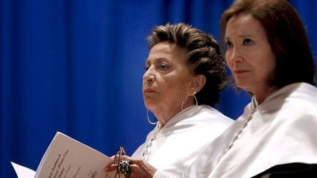 La mezzosoprano Teresa Berganza (i) y la actriz Nuria Espert, durante el acto académico en el que han sido nombradas doctoras honoris causa por la Universidad Internacional Menéndez Pelayo de Santander. EFE