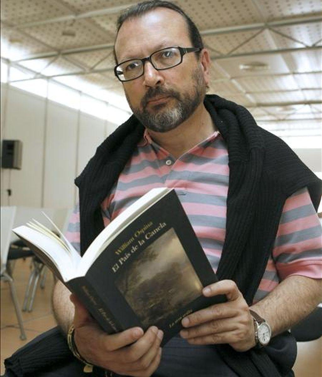"""El escritor colombiano William Ospina, hoy en la Feria del Libro de Madrid, donde presentó su libro """"El país de la canela"""". EFE"""