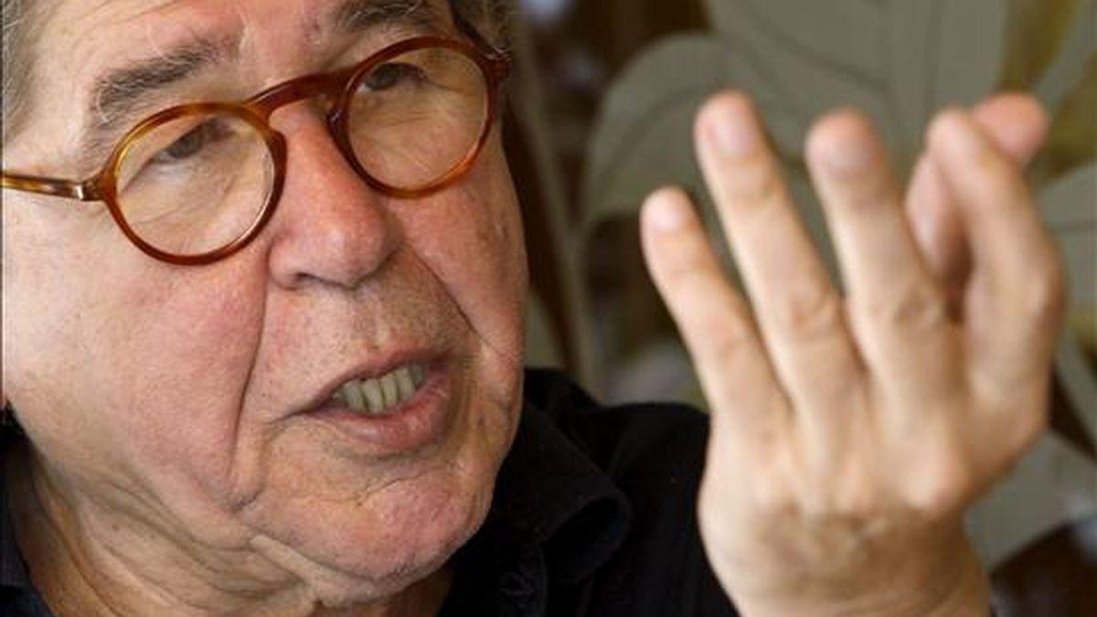 """El escritor peruano Alfredo Bryce Echenique se hizo famoso en el mundo literario con su primera novela, """"Un mundo para Julius"""", con el que ganó el premio nacional de literatura de su país en 1972. EFE/Archivo"""