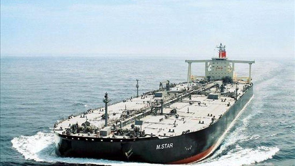 """Imagen sin fechar facilitada por la empresa operadora de embarcaciones Mitsui O.S.K. que muestra el petrolero japonés """"M.Star"""", mientras  navegaba en el estrecho de Ormuz, en la entrada al Golfo Pérsico. EFE/Archivo"""