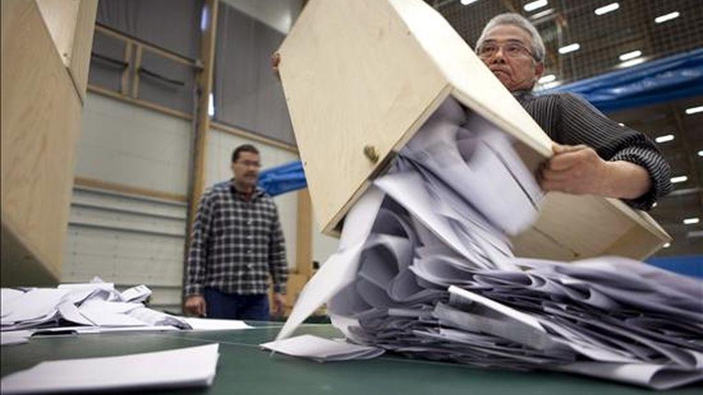 Fotografía facilitada hoy miércoles 3 de junio de un oficial electoral mientras saca el contenido de una urna electoral tras celebrarse elecciones generales ayer en Nuuk, capital de Groenlandia. El Inuit Ataqatigiit (IA), un partido socialista de corte independentista, ha ganado las elecciones autonómicas en Groenlandia con el 43,7 por ciento de los votos y acabado con la hegemonía del socialdemócrata Siumut. EFE