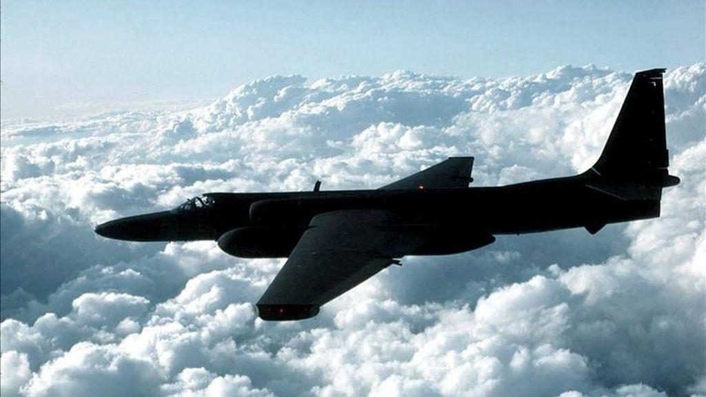 Fotografía de archivo sin fecha de un avión espía estadounidense U-2 sobrevolando un lugar desconocido en un vuelo de entrenamiento. EFE/Archivo