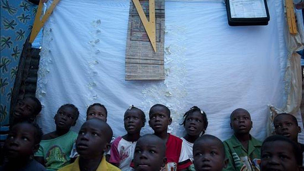 """Alumnos en una escuela el mes pasado en el campamento de desplazados """"Aviation"""" de Puerto Príncipe. EFE"""