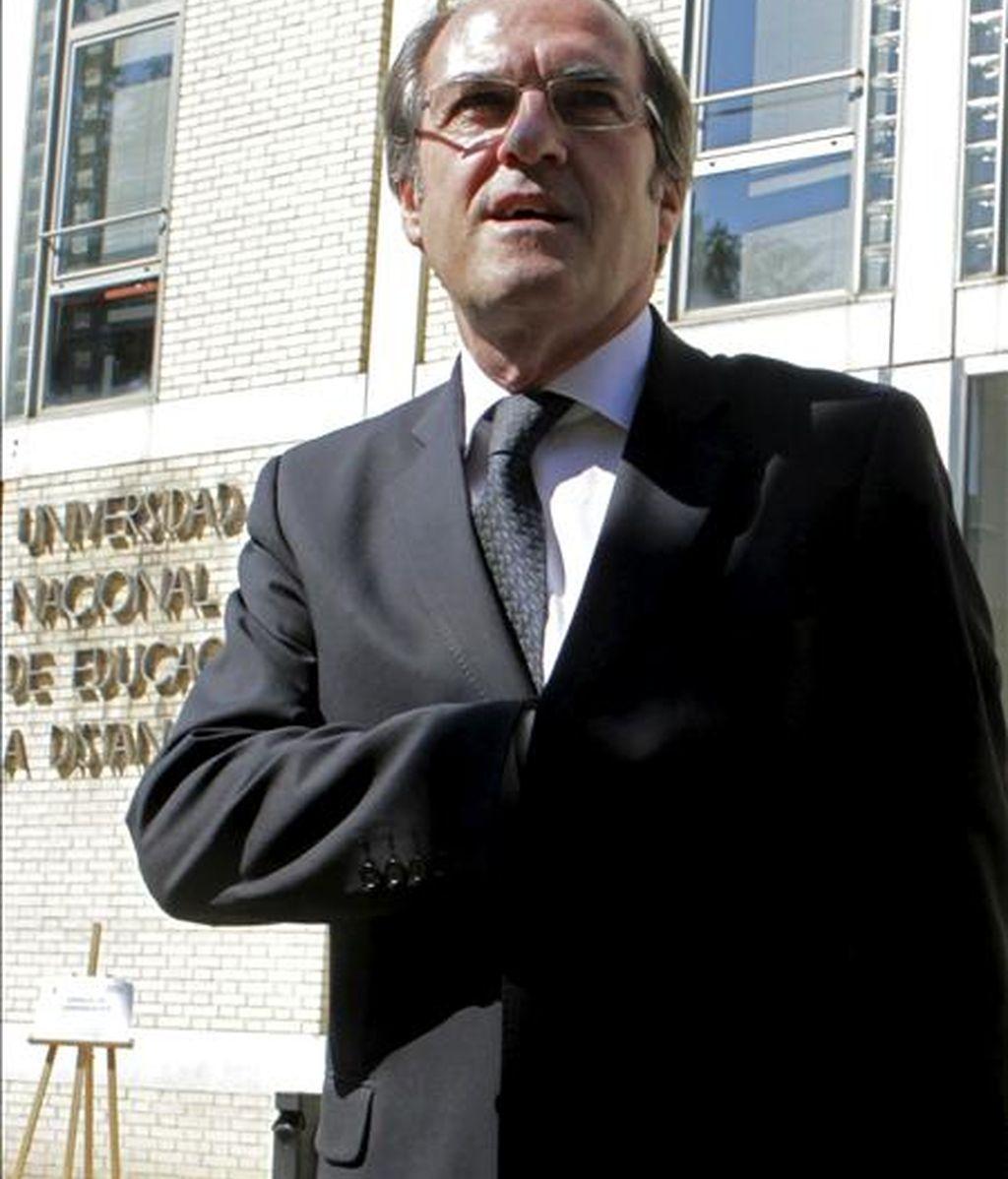 El ministro de Educación, Ángel Gabilondo, a su llegada a la Facultad de Ciencias Económicas y Empresariales de la UNED donde presidió el pleno del Consejo de Universidades. EFE