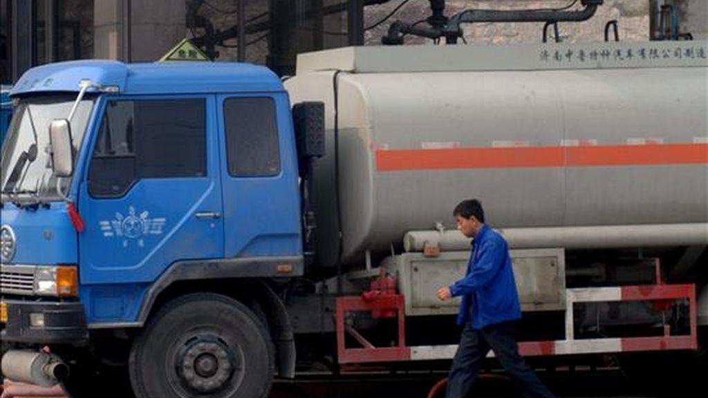 Un camión cisterna en una gasolinera. EFE/Archivo
