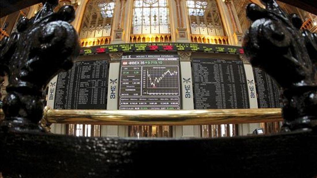 En la imagen de ayer. vista del principal indicador del mercado bursátil español, el IBEX 35. EFE/Archivo