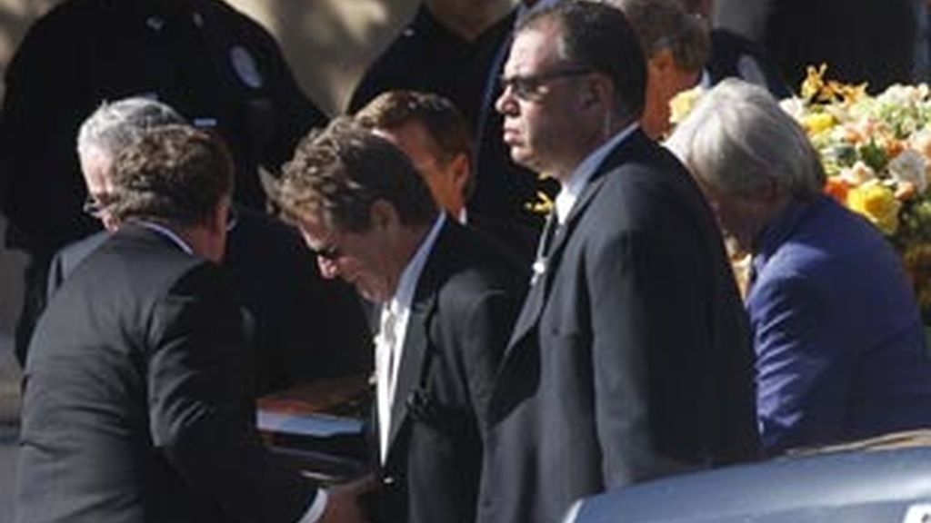 El actor estadounidense Ryan O'Neal carga el féretro de la actriz Farrah Fawcett, durante el funeral que se ha llevado a cabo en Los Ángeles, California (EEUU). Foto: REUTERS