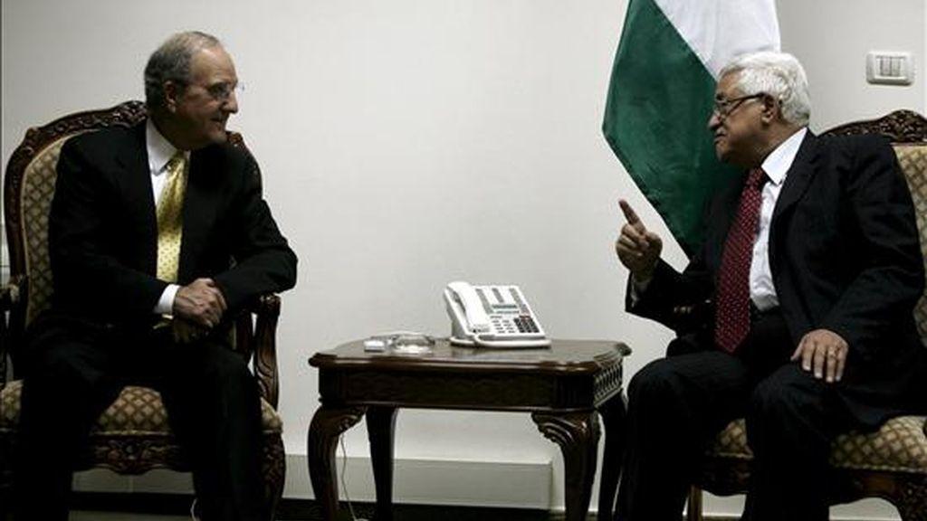 El enviado de EEUU para Oriente Medio, George Mitchell (i), conversa con el presidente palestino, Mahmud Abás, durante su reunión en Ramala (Cisjordania), el 10 de junio de 2009, en el marco de su gira por Oriente Medio. EFE