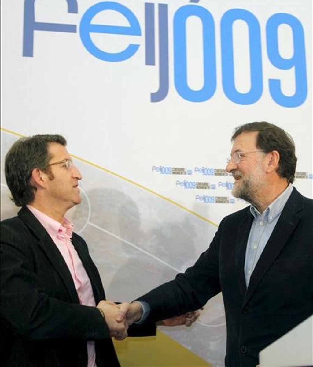 El presidente del Partido Popular, Mariano Rajoy (d), y el candidato a la presidencia de la Xunta de Galicia, Alberto Núñez Feijóo (i). EFE/Archivo