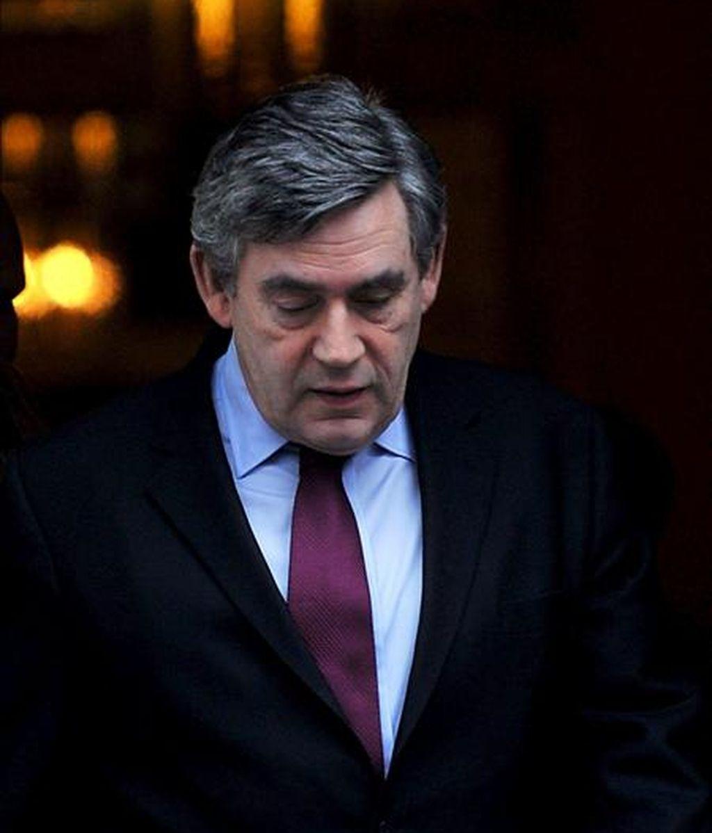 El primer ministro británico, Gordon Brown, abandona su residencia oficial en Downing Street para asistir a una ronda de preguntas en el Parlamento de Londres (Reino Unido), el 4 de febrero de 2009. EFE