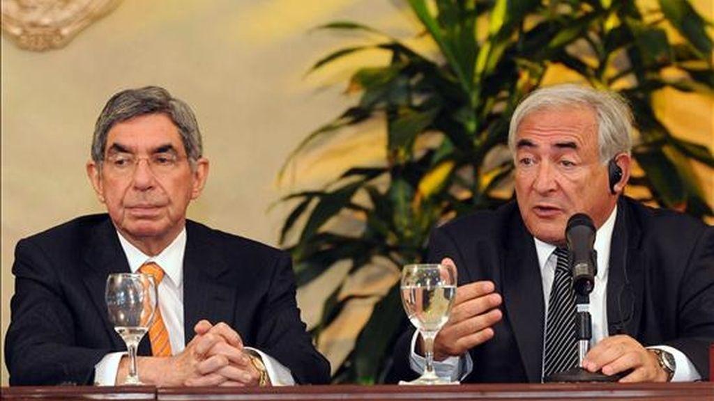 Foto del 11 de diciembre de 2008 del director del FMI, Dominique Strauss-Kahnn (d), y el presidente de Costa Rica, Óscar Arias (i), durante una visita de Strauss-Kahnn al país centroamericano. EFE/Archivo