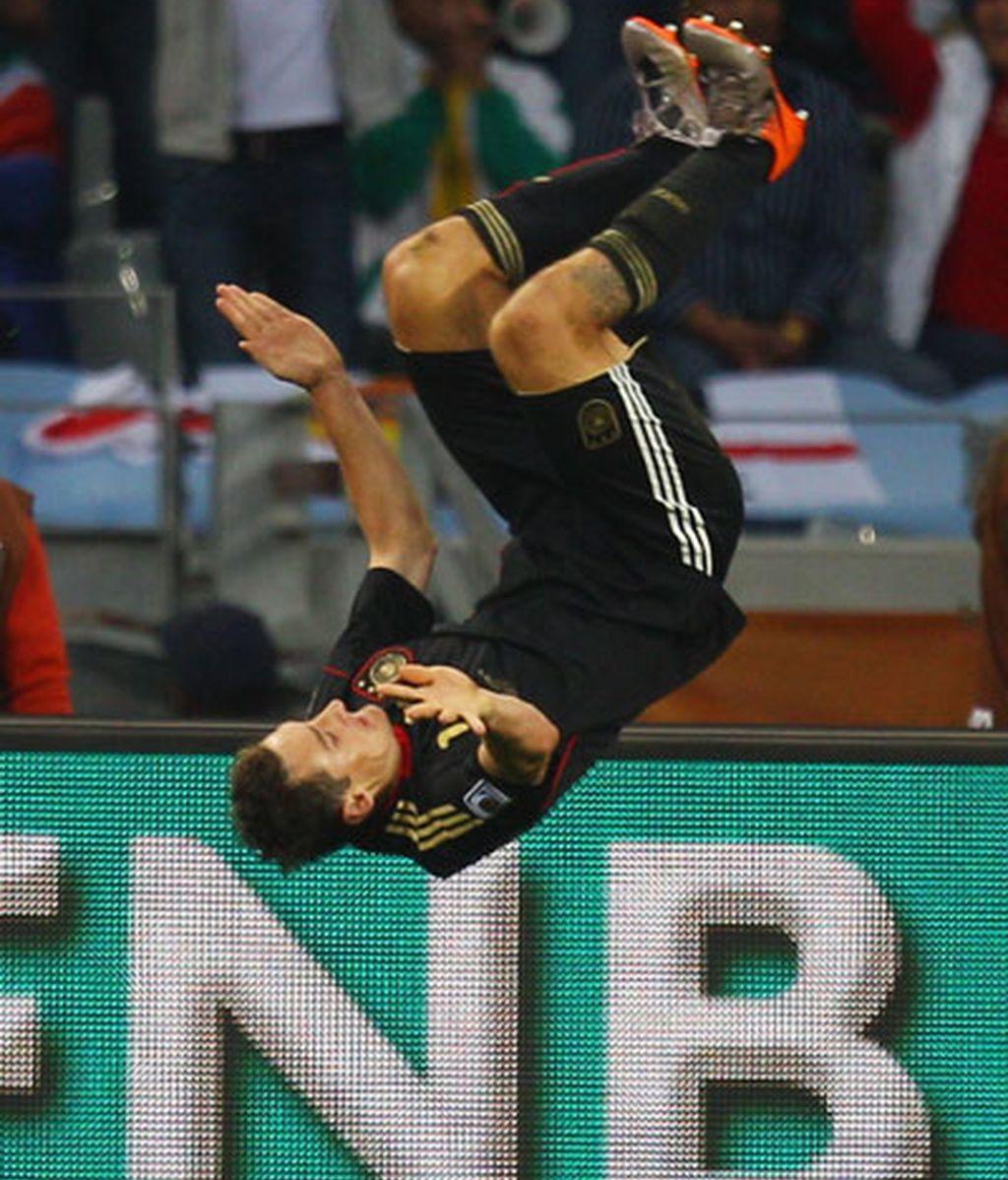 Klose celebra uno de los goles que le marcó a Alemania