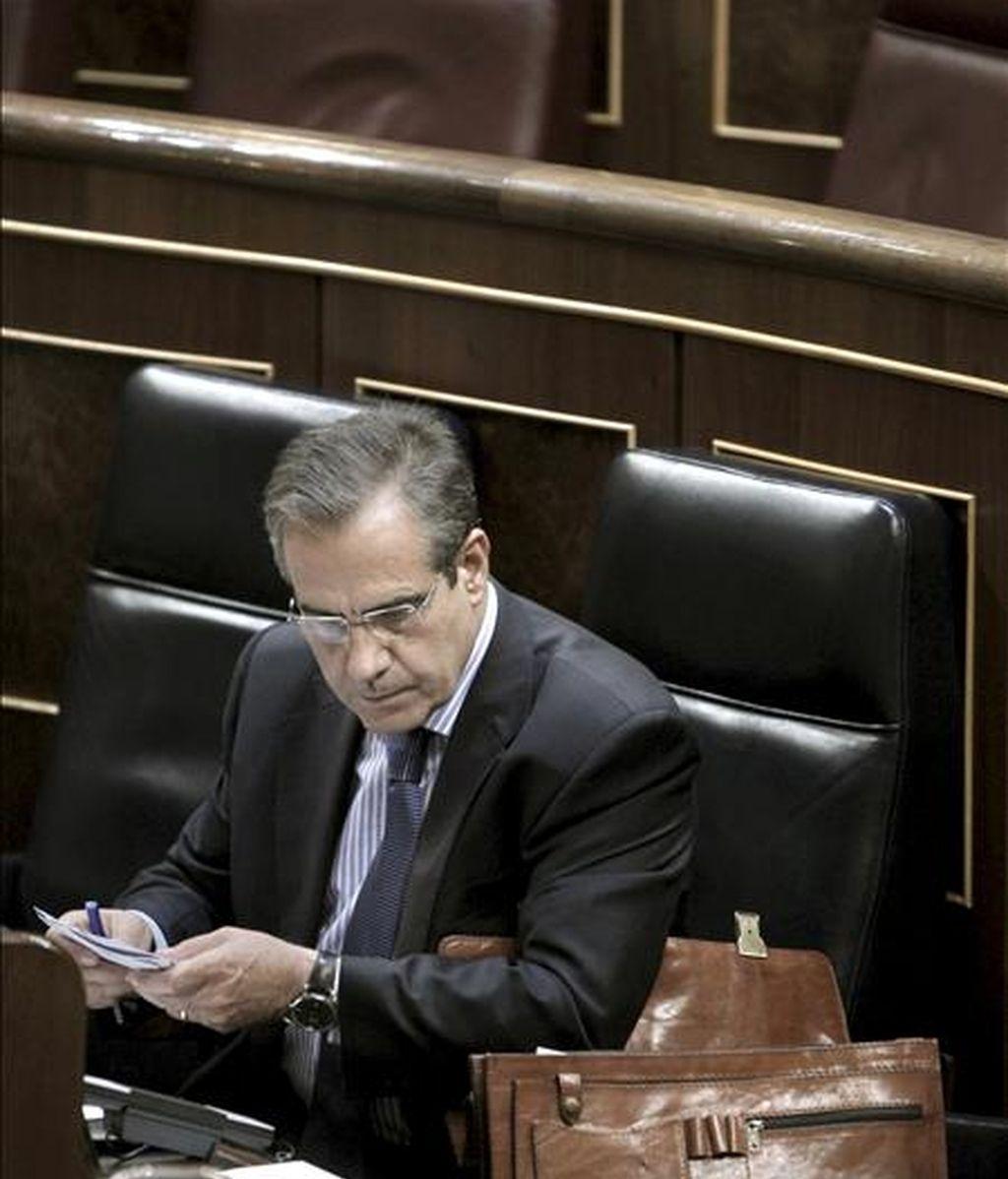 El ministro de Trabajo e Inmigración, Celestino Corbacho, prepara su intervención en su escaño, durante la sesión de control al Ejecutivo celebrada hoy en el Congreso de los Diputados. EFE