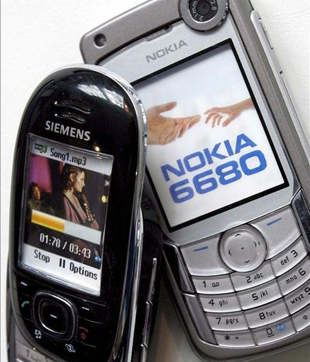 Imagen de dos teléfonos móviles de marca Siemens (i) y Nokia, en Múnich. EFE/Archivo