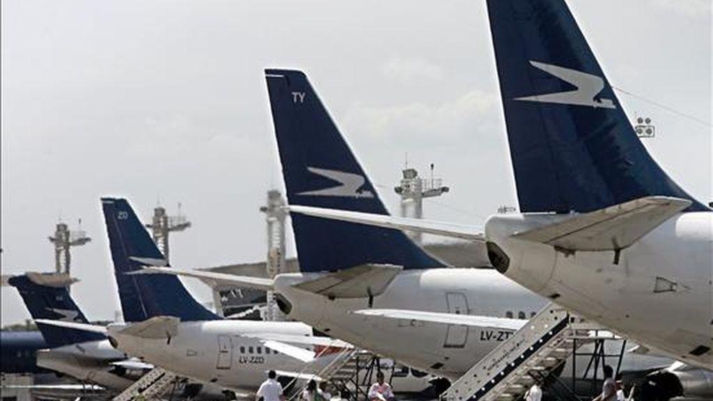 Aviones de Aerolíneas Argentinas estacionan en el aeropuerto metropolitano de la ciudad de Buenos Aires. EFE/Archivo