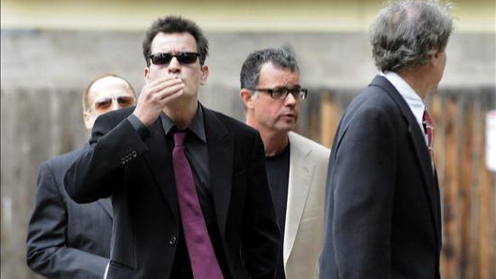 El actor estadounidense Charlie Sheen lanza un beso al entrar este 2 de agosto a la corte del condado de Pitkin en Aspen, Colorado (EEUU). EFE