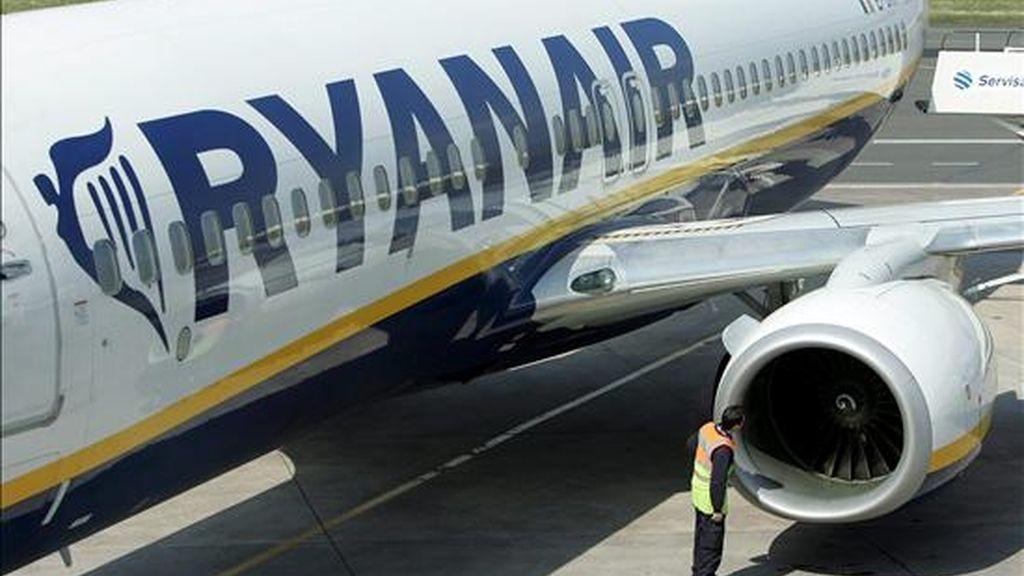 Un avión de la aerolínea Ryanair, en el aeropuerto de Belfast (Reino Unido). EFE/Archivo