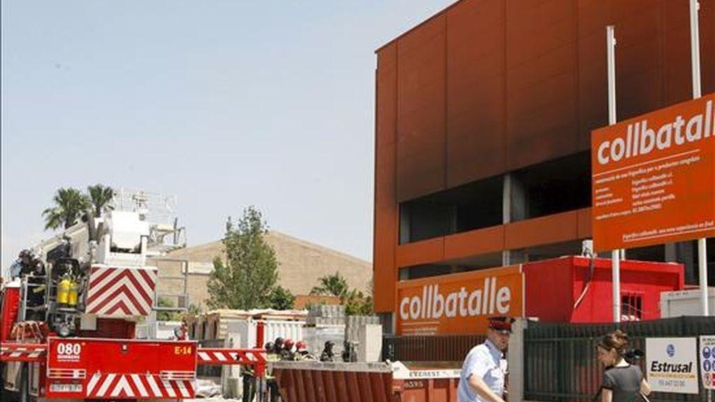 Una chispa que ha saltado de una máquina radial ha provocado el incendio que esta mañana ha afectado una nave en construcción de Mercabarna. EFE