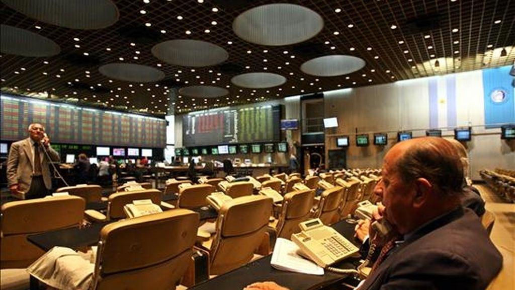 Al concluir la jornada, el Índice General de la Bolsa se ubicó en los 66.512,22 puntos, con un retroceso del 4,89 por ciento. EFE/Archivo