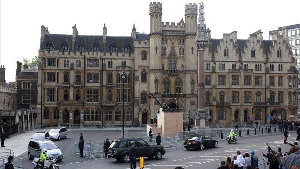 Policías escoltan el convoy que lleva Kate Middleton, el príncipe Guillermo y su hermano, el príncipe Enrique, de la abadía de Westminster en Londres, Reino Unido, hoy jueves 28 de abril de 2011, a falta de un día de la boda del príncipe Guillermo con Middleton. EFE