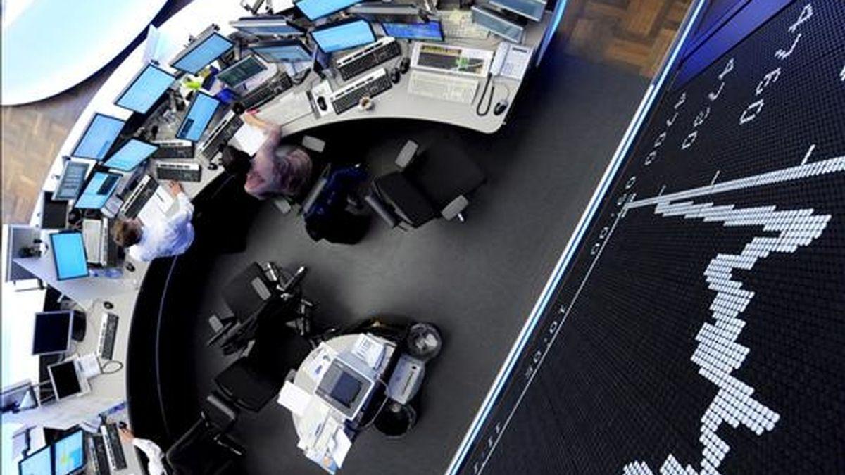 Varios agentes trabajan en la Bolsa de Fráncfort, Alemania, el pasado 30 de abril. EFE/Archivo