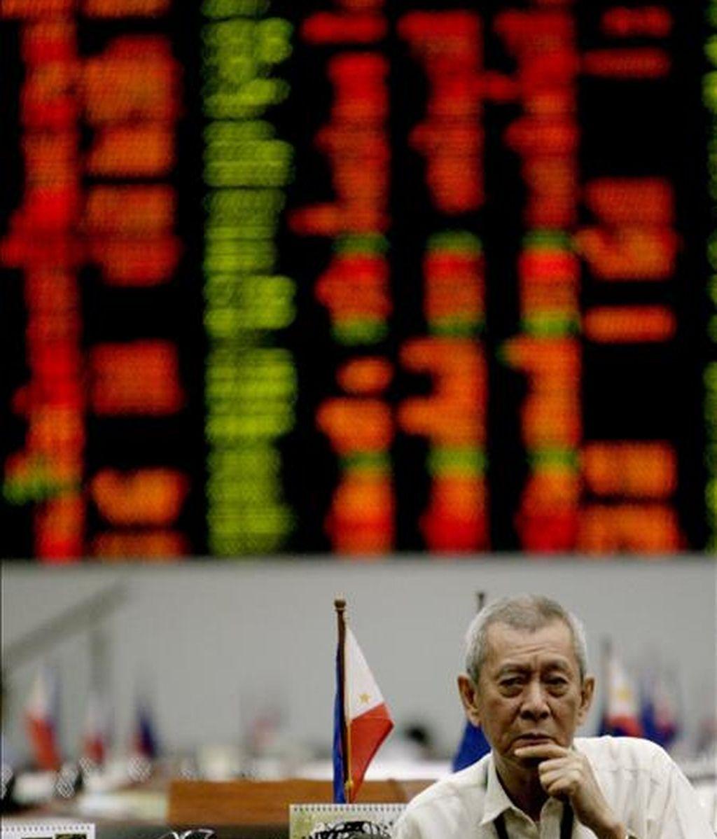 Un agente de bolsa filipino observa el estado de las acciones en la Bolsa del distrito financiero de Makati, en el sur de Manila. EFE/Archivo